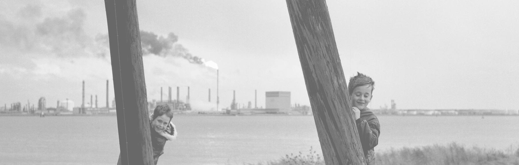 """Mijn vader Paul Willem Seghers was ook fotograaf en quoteerde bij een fotoshoot aan de Schelde met rokende raffinaderijen op de achtergrond in 1968: """"Zullen hun kinderen onder een glazen stolp wonen?""""."""