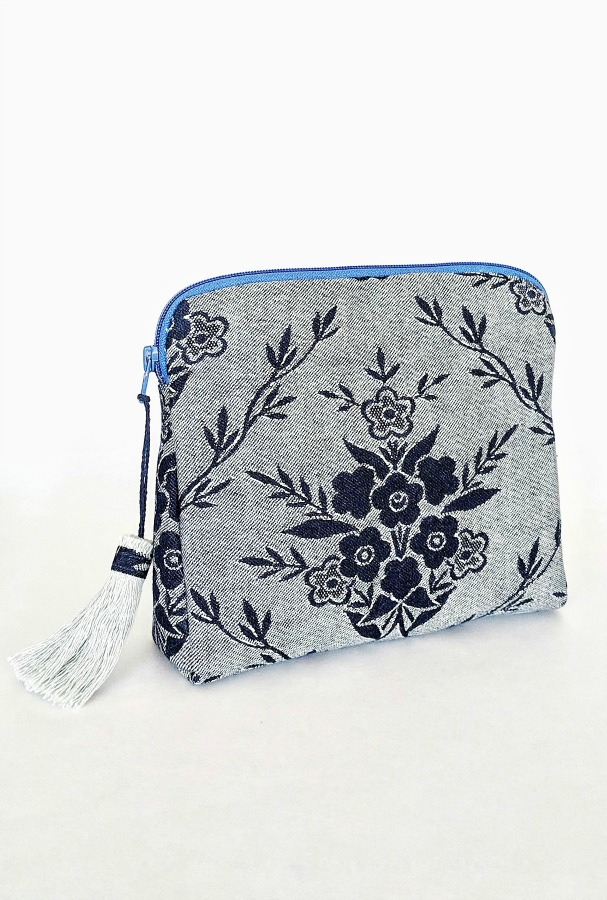 Scrap Fabric Creations - Whip up this quick and easy makeup bag and give a gift. It's a simple DIY project. scrap fabrics a zipper and interfacing is all you need.