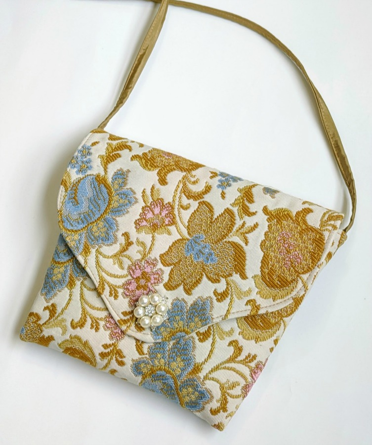 Easy One-piece Handbag - It's a simple DIY project; made with only one piece main fabric, lining, a pocket and a handle; no zipper or interfacing.