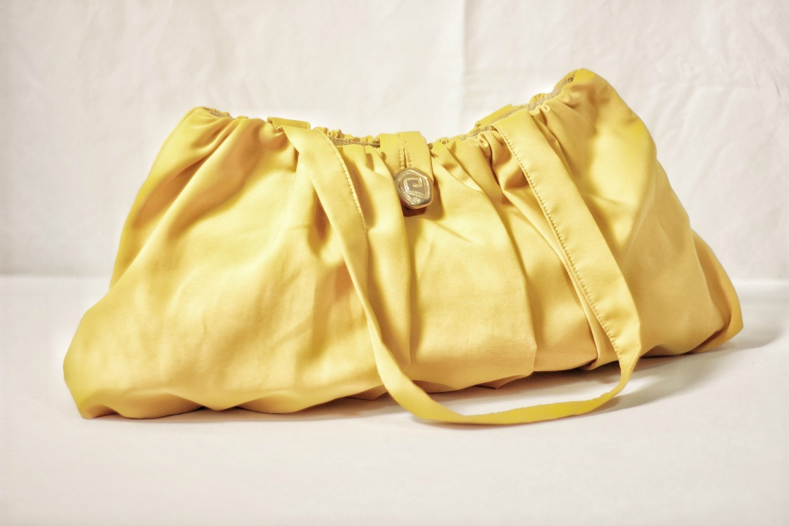 Make this Ruched DIY handbag - And let the sunshine into your outfits. Great for adding a pop of color and some vintage nuances.