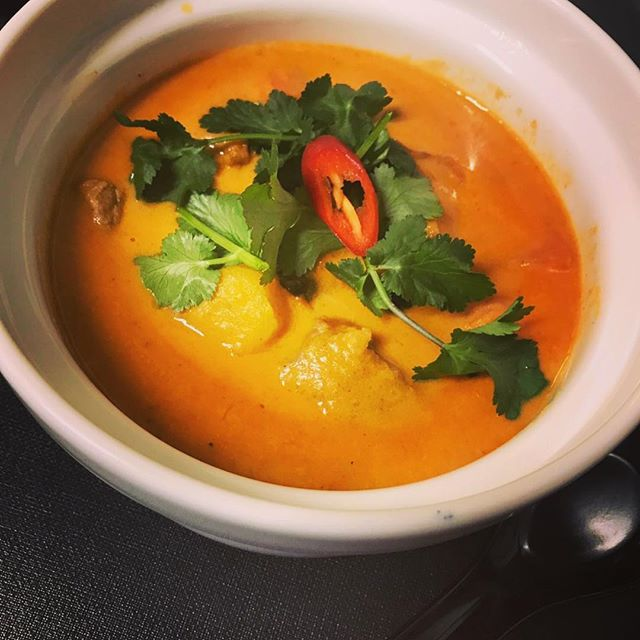 Just because it's winter doesn't mean you can get colourful  The winter season  is a time for warm, rich foods -Vietnamese chicken curry with coconut & lemongrass -Vietnamese beef stewed with coconut sauce are available on our winter menu —- —- —- #homecooking #amsterdam #dinner #restaurant #vietnamesefood #winter #healthyfood #amsterdamfood #spicyfood #spicy #foodporn #homemade #foodlover #lovefood #hanoi_oq #