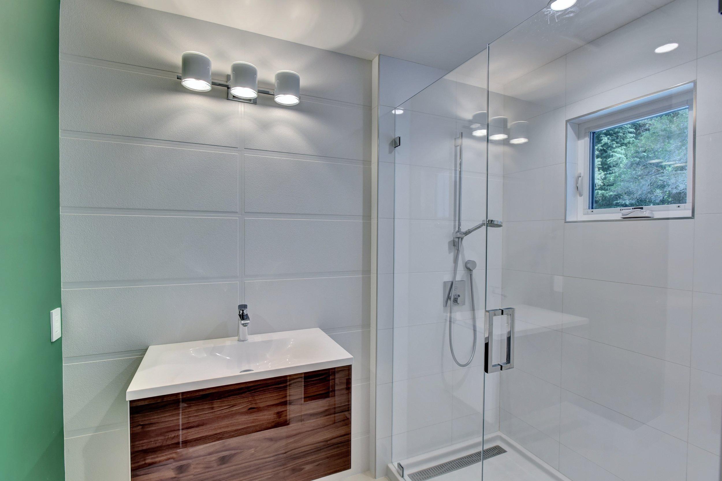 33_upstairs bath1.jpg