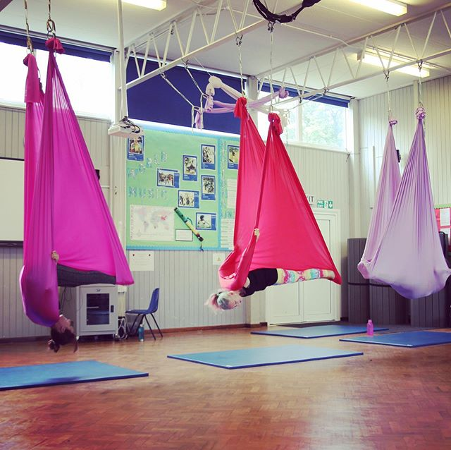 The three stages of inverted plank, as beautifully demonstrated by these lovely ladies in the 10am class. Photo credit to @flussende_ . . . #aerialyoga #aerialhammock #aerialsling #yoga #aerial #upsidedown #hammock #harpenden #sunday