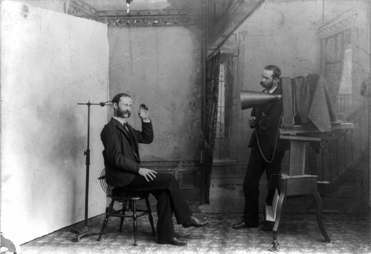 """""""Um fotógrafo aparece fotografando a si mesmo em seu estúdio"""" Wheeler, Fotógrafo, 1893. (   Disponível aqui   )."""