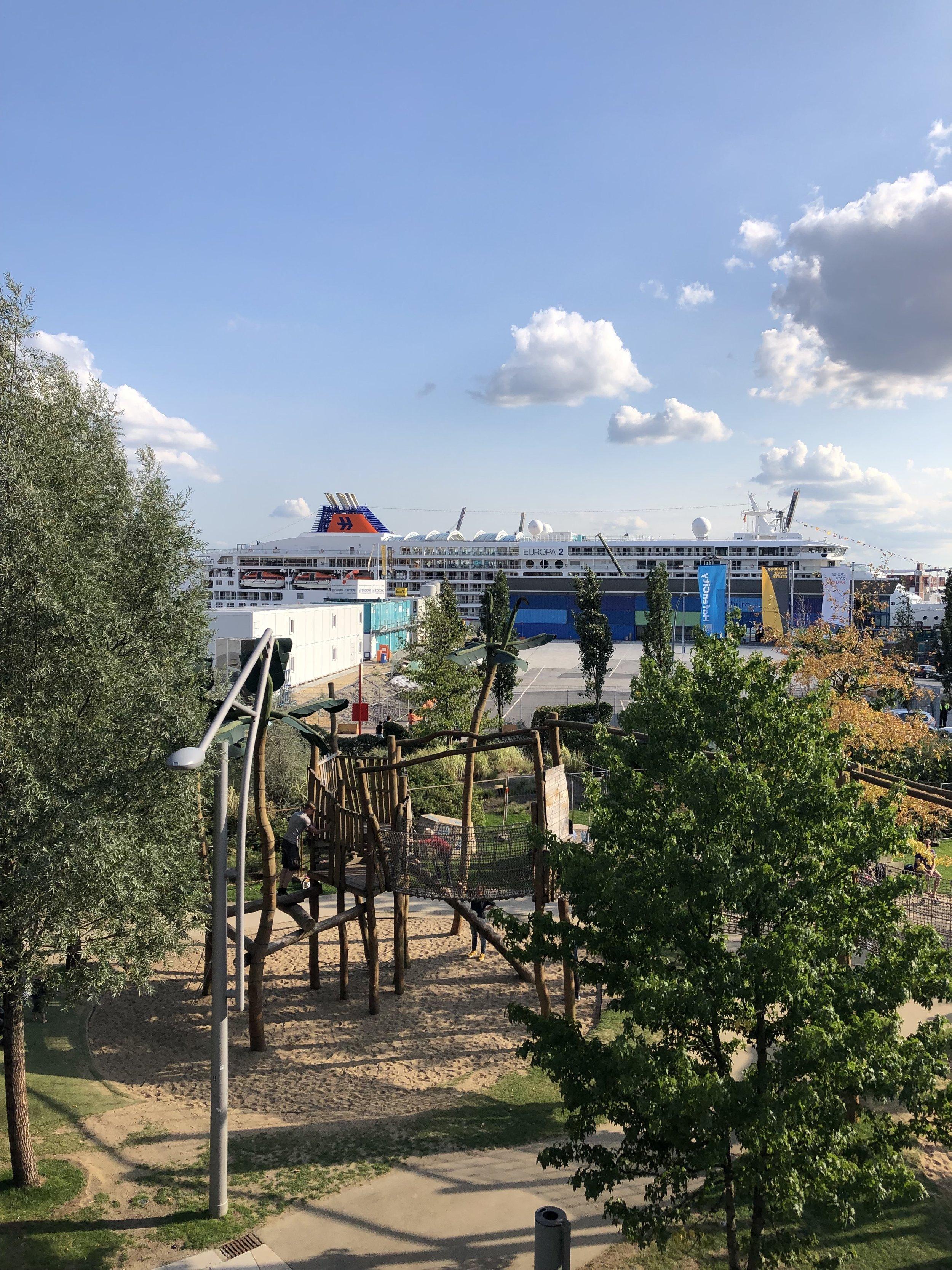 Die MS Europa im Hintergrund der Spielplatz vorne