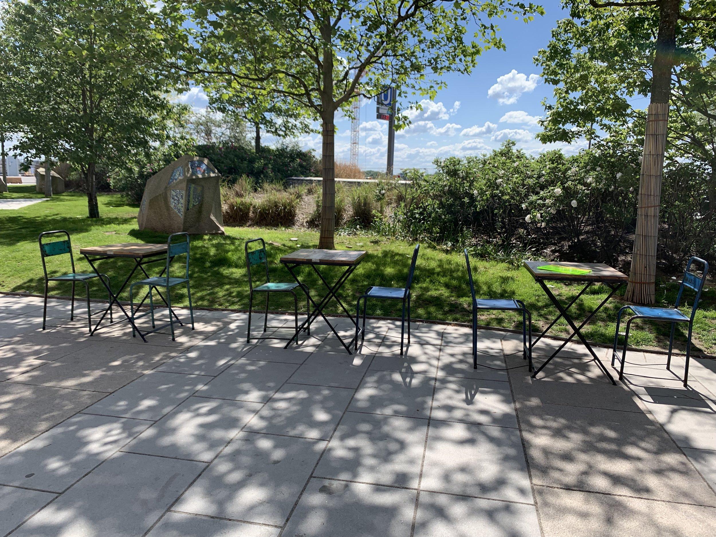 Biergarten, Tische unter Bäumen