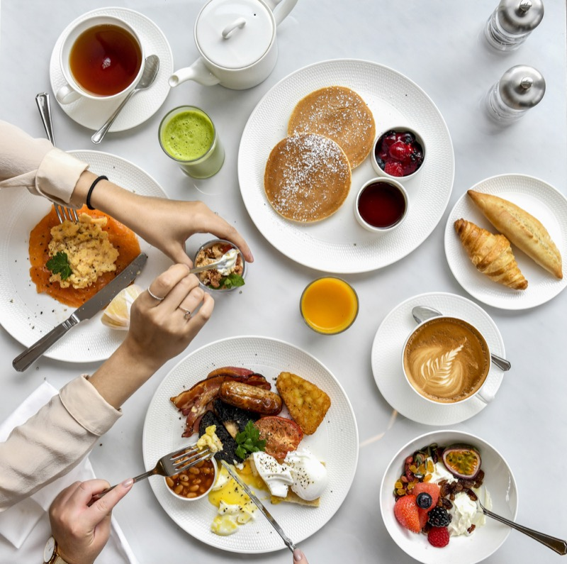 Breakfast_table_at_Royal_Lancaster_London.JPG