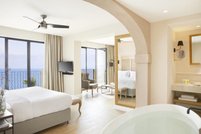 Deluxe Suite Whirlpool Bath.jpg