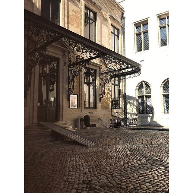 When buildings wear lingerie. . . . #lingerie #architecture #architecturephotography #secession #artdeco #streetphotography #cobblestone #brussels #courtyard #belgium