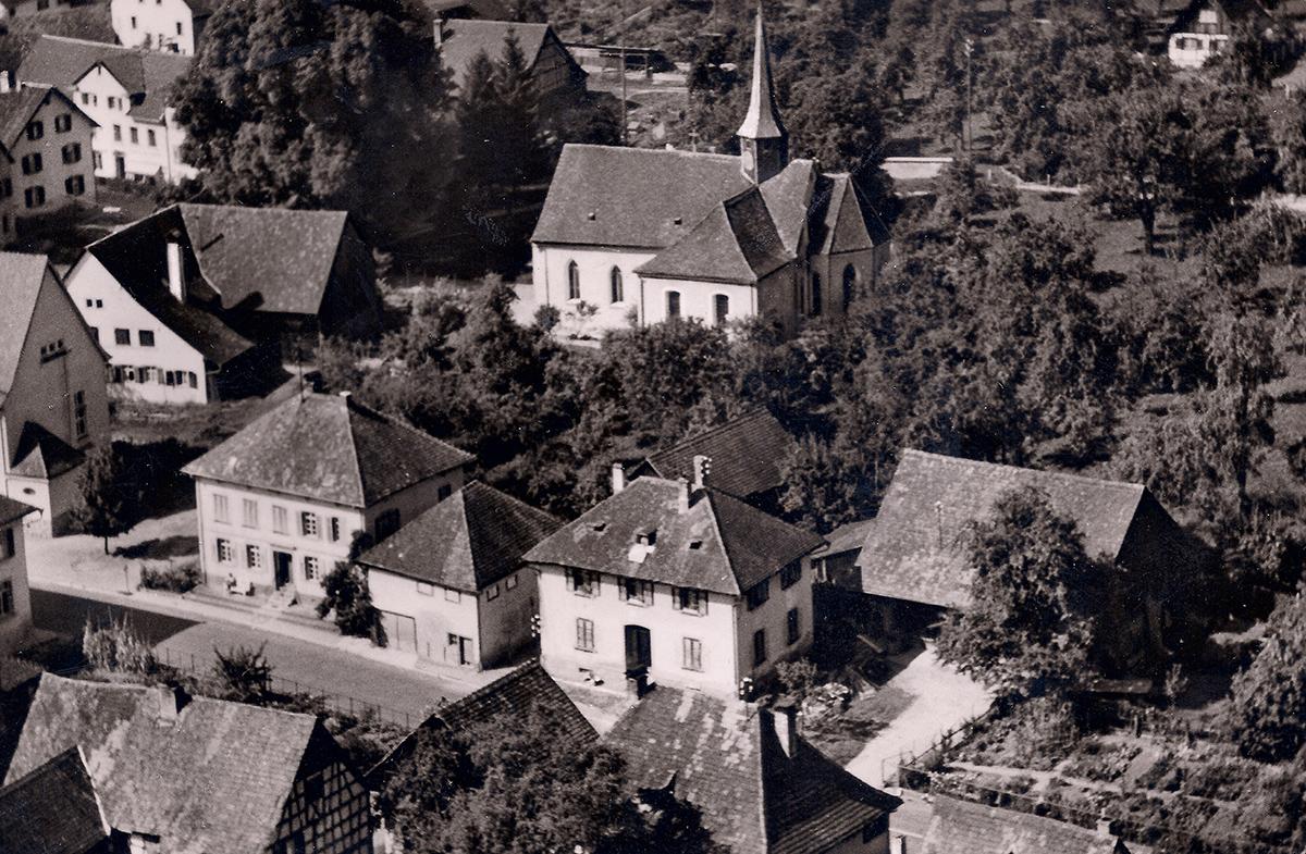 Wangen am See, Hauptstraße. Das Haus der Familie Wolf in der Bildmitte links, rechts daneben die ehemalige jüdische Schule. (Dt. Luftbild KG, Hamburg-München, Freigabe Nr. 405 275)