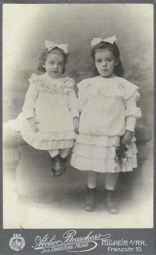 Auguste_und_Elly_Neuhaus_1906.jpg