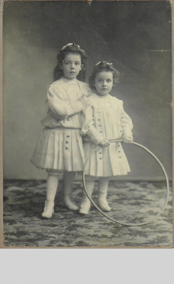 Auguste_und_Elly_Neuhaus_1909.jpg