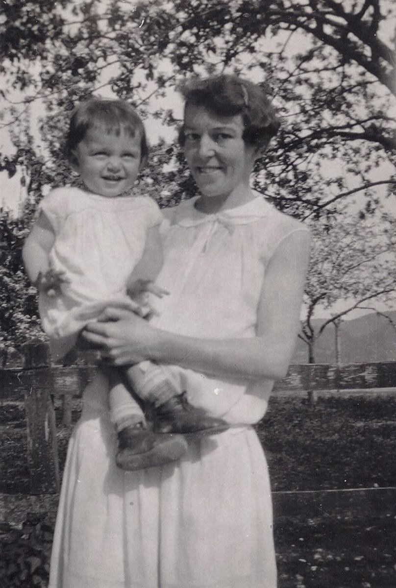 Auguste Wolf mit ihrer Tochter Hannelore, ca. 1927
