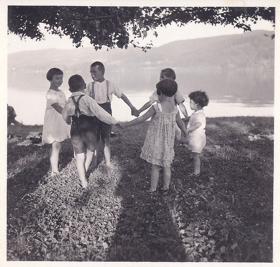 Noch spielen christliche und jüdische Kinder friedlich miteinander: Ringelreihen auf dem Grundstück der Familie Wolf am Seeufer in Wangen, im Vordergrund Hannelore, rechts daneben ihr Bruder Gert, ca. 1931