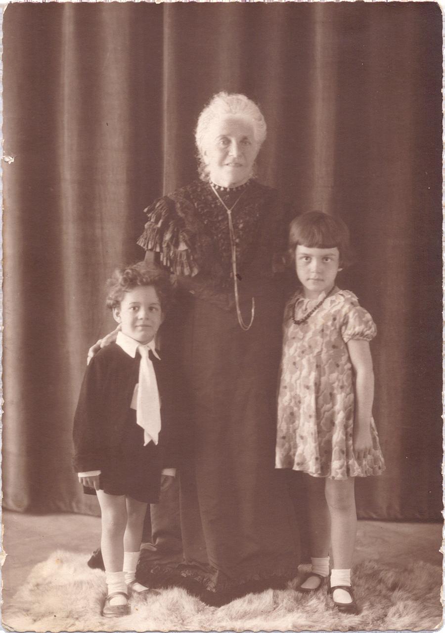 Großmutter Nanette Wolf mit ihren Enkelkindern Hannelore und Gert am 1. Juni 1932