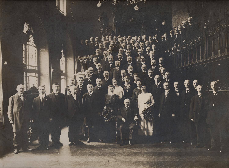 Gustav Neuhaus (1878 bis 1946), »Bureaudirektor« des Kölner Oberbürgermeisters Konrad Adenauer anlässlich eines Jubiläums im Kreise seiner Mitarbeiter