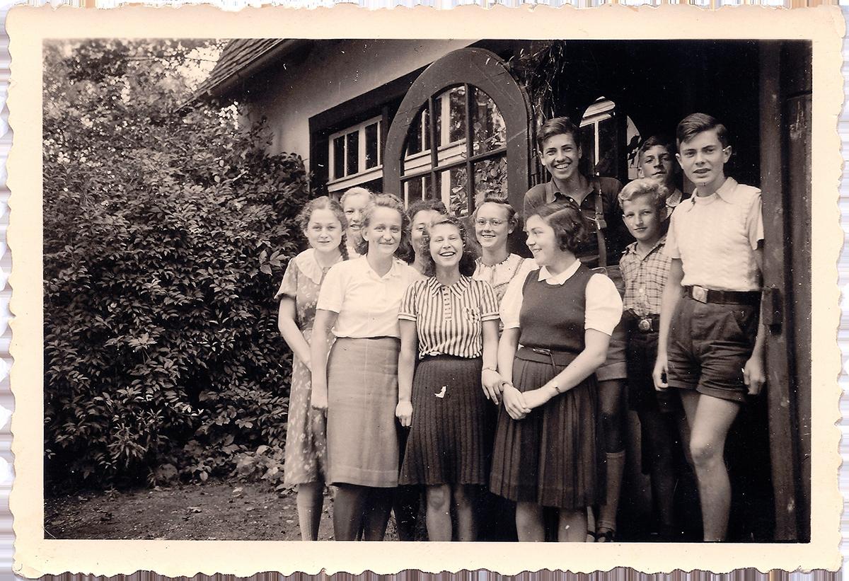 In der Gaienhofener Schule – Hannelore Wolf (vorne rechts) inmitten ihrer Klassenkameradinnen und Kameraden