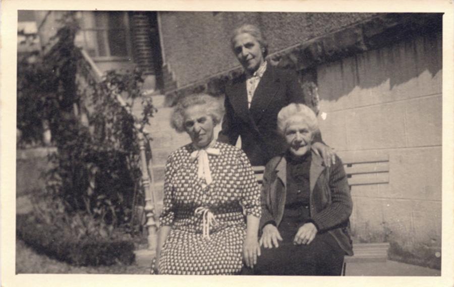 Gerettet: Die Schwestern Selma Wolf und Clem Neu mit ihrer Mutter Nanette  1941 in Südfrankreich