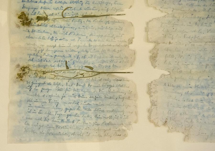 """Der """"Blumenbrief"""" Nathan Wolfs an seine Frau [geschrieben 1940 oder 1941] trägt sichtbar die Spuren der Zeit."""
