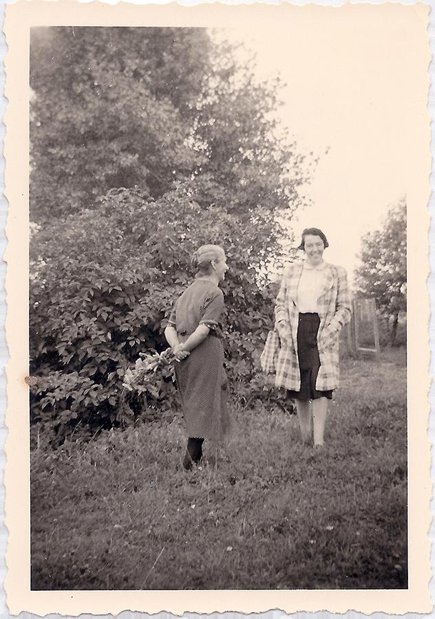 Auguste Wolf und Stefane Stöckle am Horn, ca. 1940