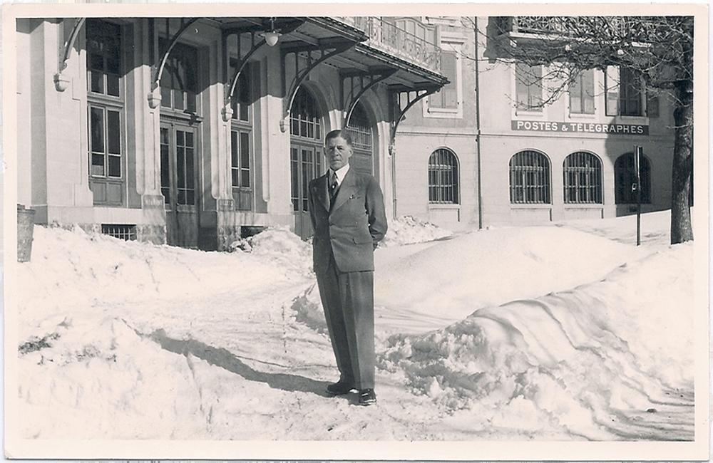 Nathan Wolf vor der Post in Leysin  Postkarte an die Kinder vom 28. März 1944