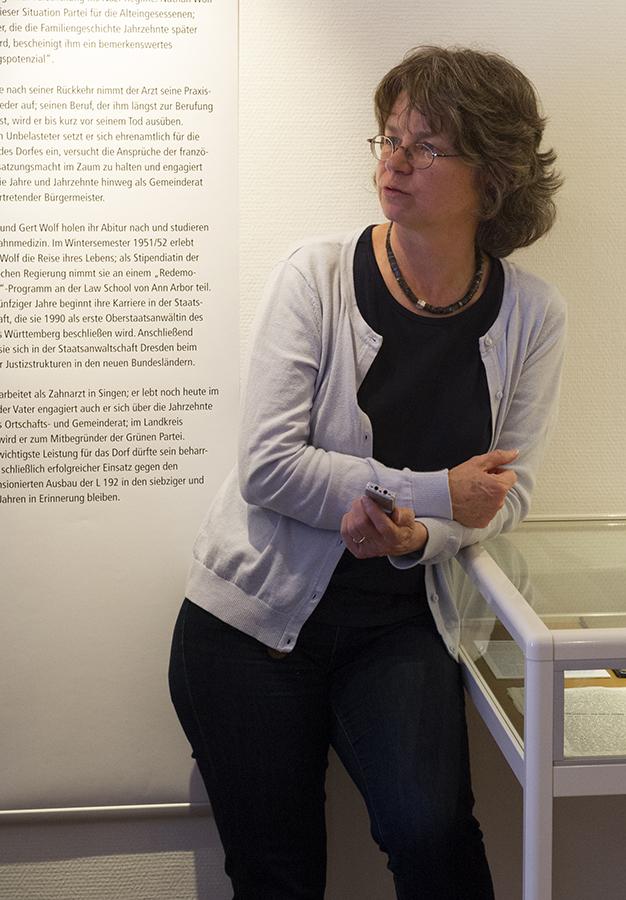 Anne Overlack in der Ausstellung »DIE WOLFS – DAS KÖNIGPROJEKT. Geschichte einer Familie«, die im Frühjahr 2016 im Hesse Museum in Gaienhofen gezeigt wurde