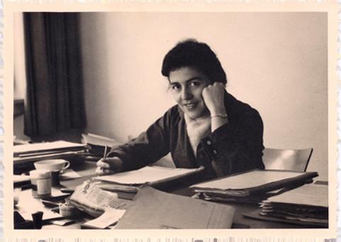 Derweil beginnt Hannelore Wolf ihre Karriere als Juristin. Dieses Bild zeigt sie 1957 im Stuttgarter Amt für Wiedergutmachung