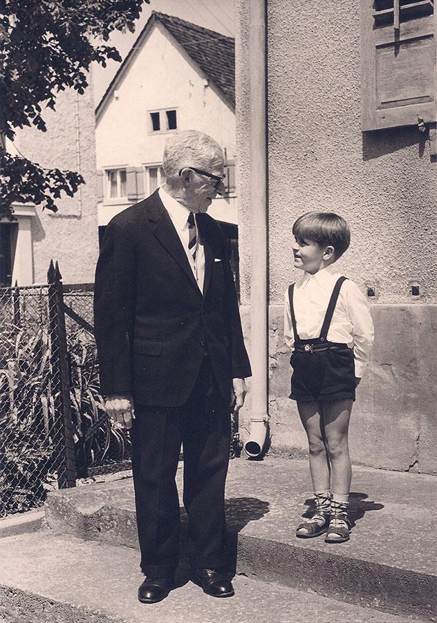 Die Zukunft im Blick: Nathan Wolf an seinem 86. Geburtstag im Mai 1968 zusammen mit seinem Enkel Justus.