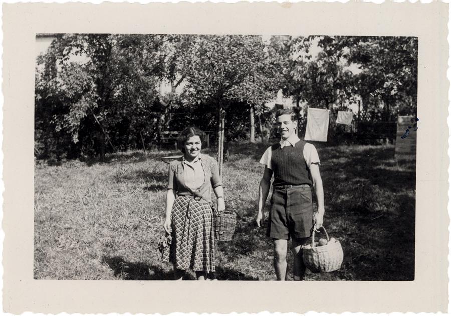 Hannelore und Gert Wolf bei der Obsternte, ca. 1946