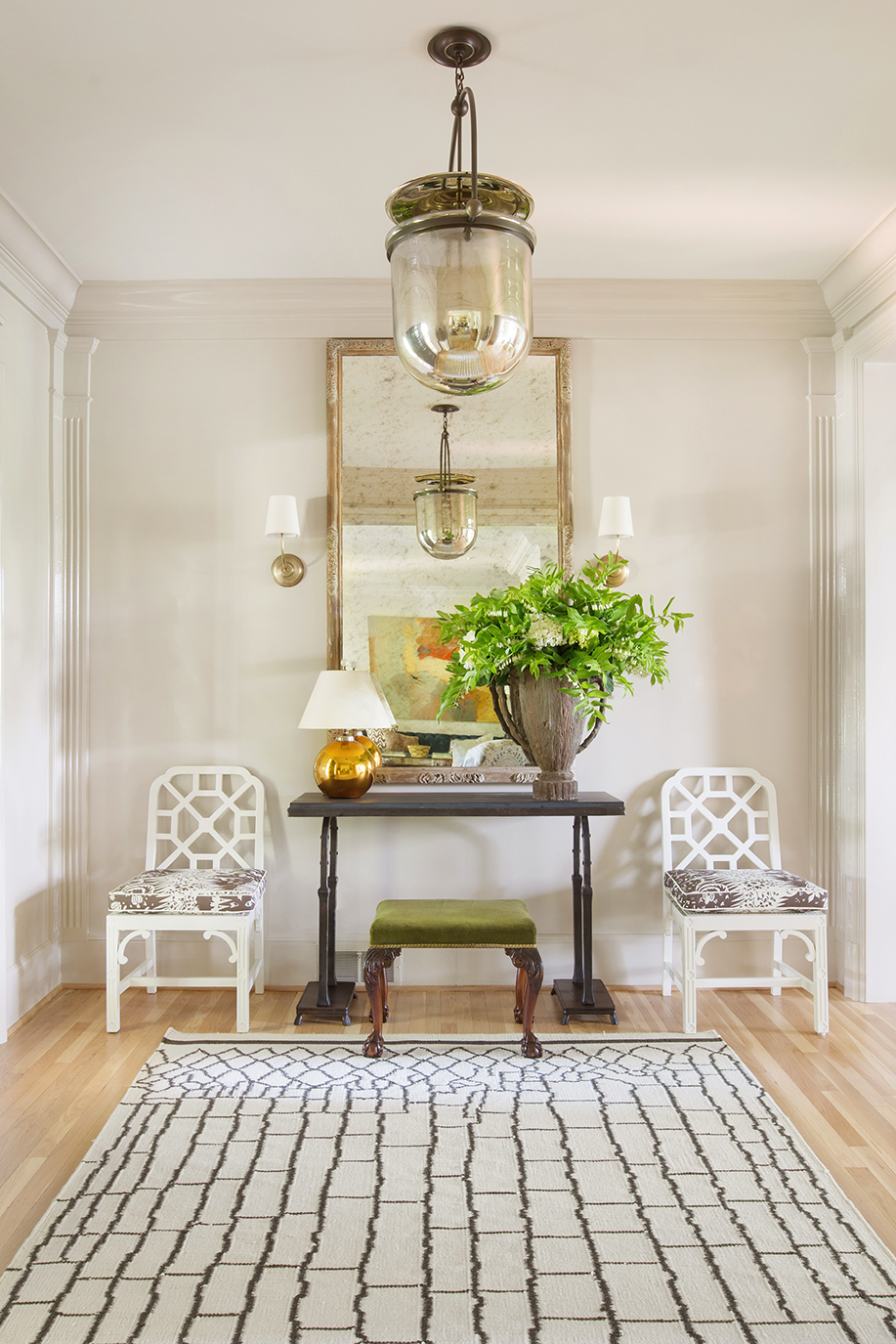 — look at the composition of the scene Carter created: modern geometric pattern on the rug, with vintage chandelier, classic chairs smartly updated with upholstery…he has such flair in this department!! ( Photo via Matthew Carter Interiors )