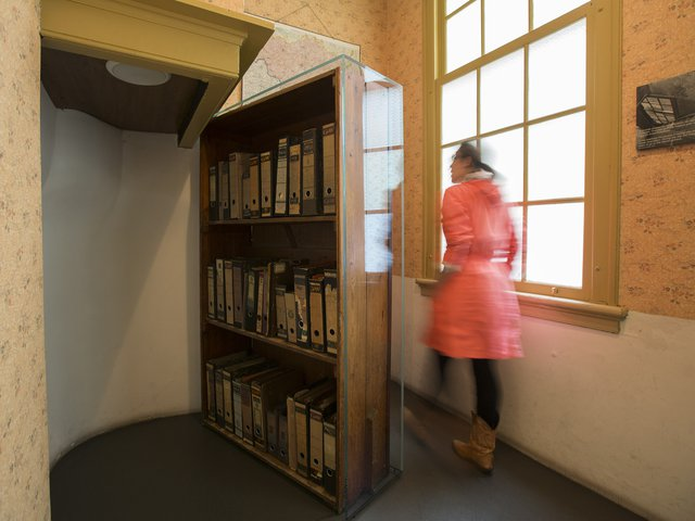 anne_frank_house_movable_bookcase_with_visitor_anne_frank_house__photo_cris_toala_olivares.jpg__640x480_q85_crop_subsampling-2_upscale.jpg