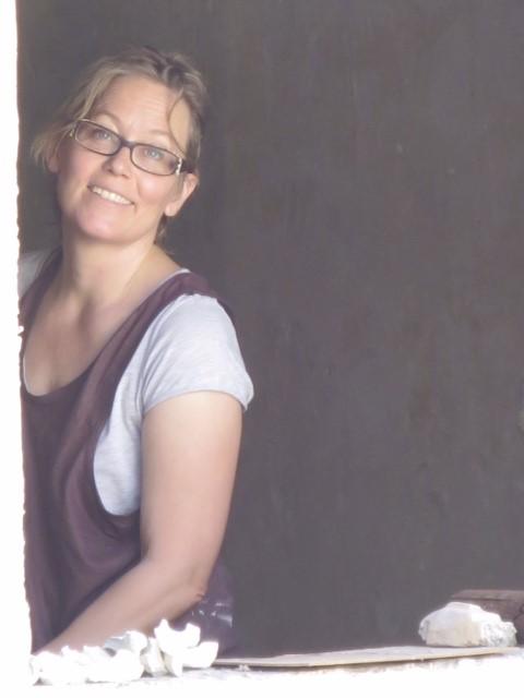 - Konstnär Eva 'Ziggy' Berglund föddes 1962. Ända sedan hennes examen vid Konstfack 1991 med inriktning på skulptur har hon varit en aktiv och engagerad skulptör.Ziggy gör både porträttlika och fantasifulla figurer i olika material. Bland hennes arbeten märks bland annat utsmyckningar i simhallar samt ornamentik-rekonstruktioner i kyrkor och slott.Ziggy arbetar i många material, däribland betong, brons och sten men även is, snö och linpapper.Ziggy har en ateljé i Västertorp söder om Stockholm. Hon är ofta ute i världen på kurser eller jobb. Hon är aktiv med diverse restaureringar vid Millesgården på Lidingö. Ziggy hjälper funktionshindrade att skapa konst i samarbete med Inuti.