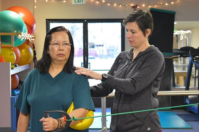 Strengthening the rotator cuff muscles is super important in stabilizing your shoulder joint! Tara is helping a patient strengthen her subscapularis, one of the four rotator cuff muscles. 🏊♀️🤽♀️🤾♀️