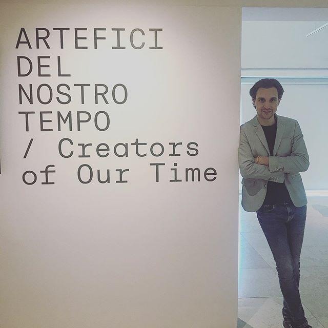 """📸Inaugurazione mostra """"Artefici del nostro tempo"""" 🎬! Una riflessione sul nostro Passato Presente e Futuro. Un grazie speciale ad @alice_bertolasi che mi ha suggerito la partecipazione a questo progetto credendo in me! . . . @tommasovivaldi @sara_bertolasi @waltervivaldi @labiennale #tommasovivaldi #biennalearte2019 #alicebertolasi #musicianstyle #videoclipmusical #giovaniartisti #youngartists #saxophone #sax #artexposition #artexhibition #museum #contemporaryart #artmuseum #artoftheday #art #videomaking"""