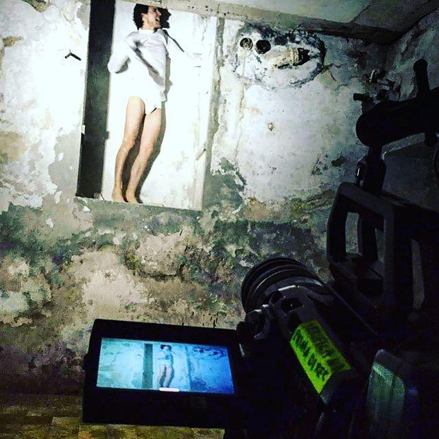 📸Come farsi vedere in Mutande da migliaia di persone senza fare il modello 😂😜😳 @tommasovivaldi @recdistrikt @immersive.media.studio . . . #tommasovivaldi #videoclip #filmaker #musicvideo #apocalypse #horrorvideo #straitjackets #horrormovies #doctor #psychiatra #psychiatryk #crazy #madness