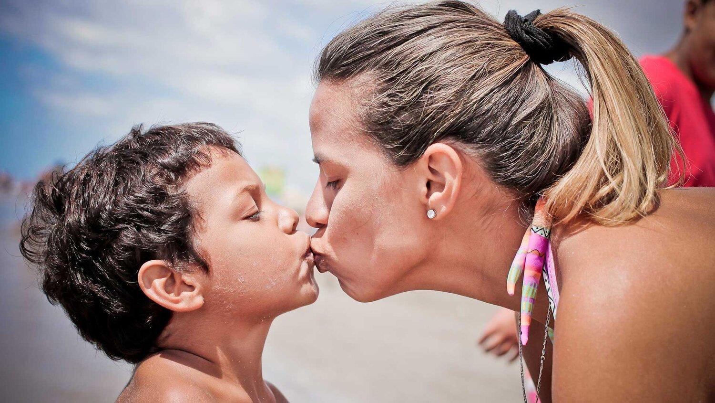 Breaking--Wayzata-Family-Kisses-Goodbye-on-the-Lips.jpg