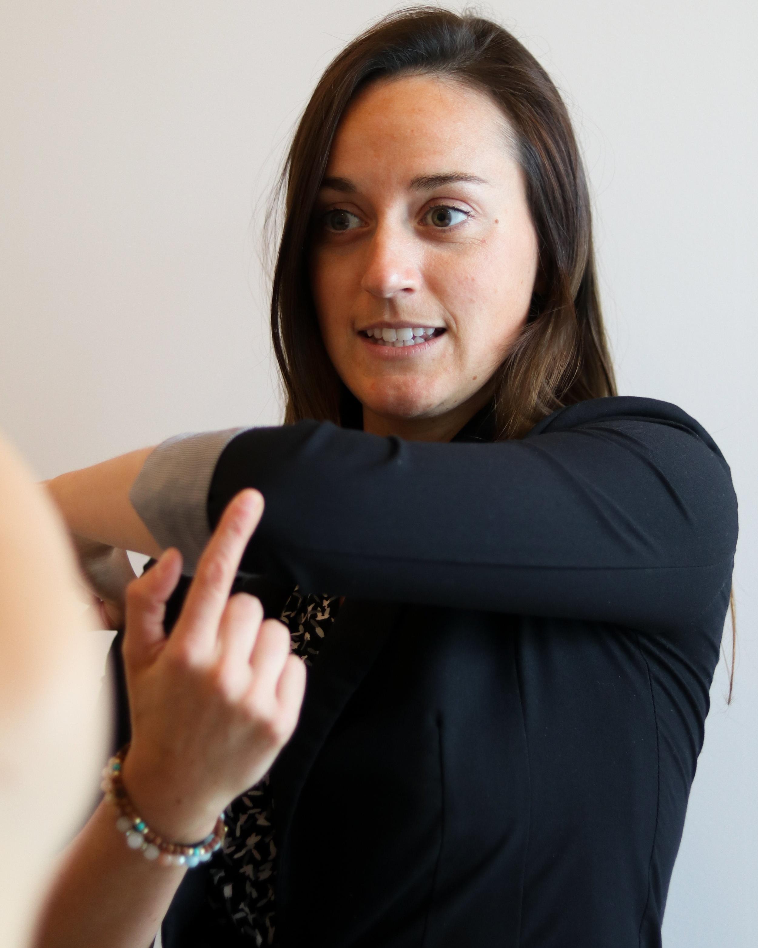 - Bianca Roy – Mathie est une Physiothérapeute motivé et entreprenante dans le domaine de la santé. Elle est spécialisée dans les blessures orthopédiques, commotions cérébrale, thérapie manuelle et prévention des blessures. Toujours déterminé de trouver la source de la douleur au niveau du système musculoskeletique, cette Physiothérapeute a graduée avec une Maitrise de l'Université McGill en 2014. Elle continue sa formation continue à travers L'AQPMO et l'OPPQ. Ca lui fera un grand plaisir de vous accueillir au Centre de Bien Être Évolution Iles-des-Sœurs.