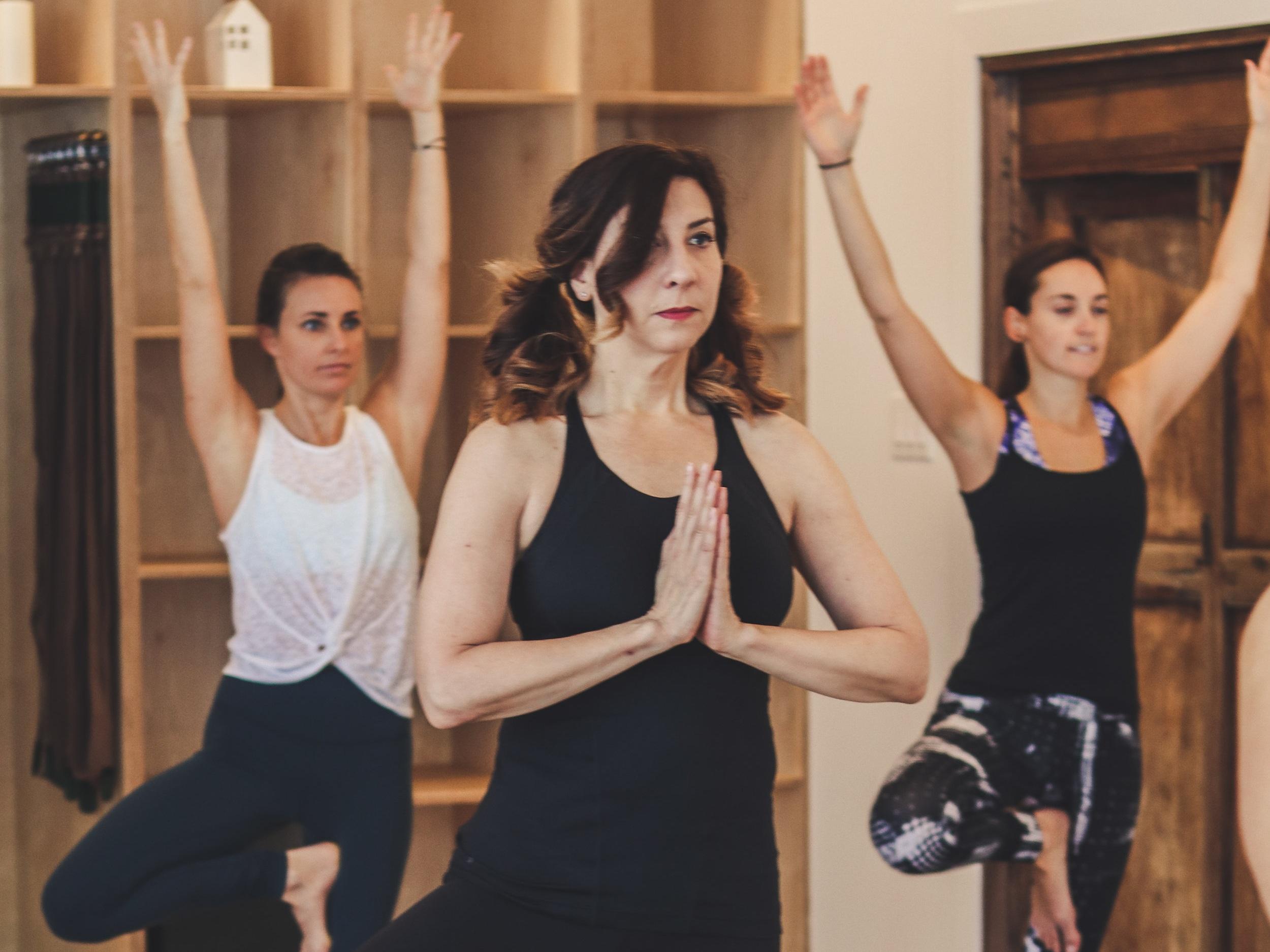 YOGA HATHA - Apprenez les asanas de base qui sont à les fondements de tous les autres styles de yoga. Ces postures sont tenues un peu plus longtemps dans cette classe. L'accent sera mis sur la respiration, la relaxation et la pratique de la pleine conscience.