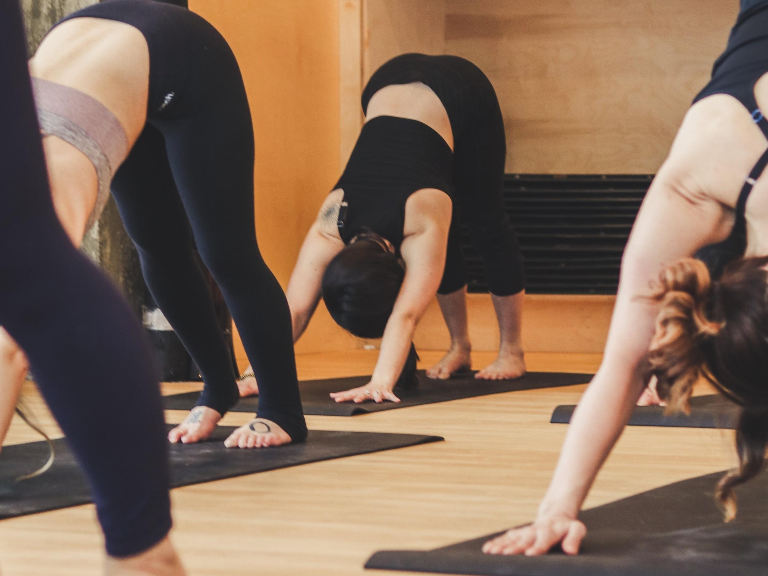 FLOW FONDATIONS - Cette pratique est significative car elle met l'emphase sur l'importance de bâtir une bonne base solide pour chaque posture. La concentration sera sur la respiration pendant que vous accumulez de la chaleur, pour équilibrer votre effort avec facilité et développer davantage l'équanimité.