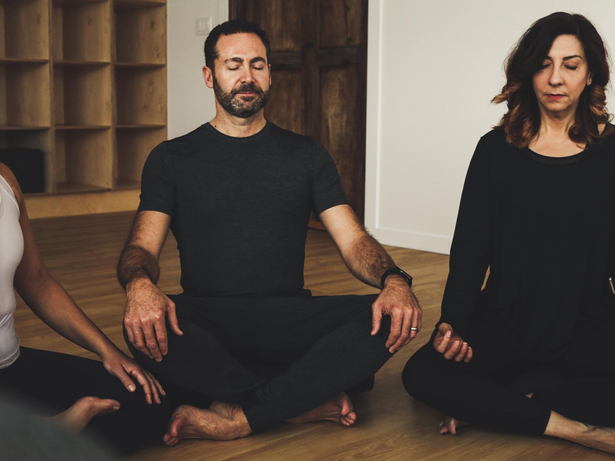 PLEINE CONSCIENCE - Commencez votre semaine avec une pratique de la pleine conscience, qui comprends des étirements de base, des exercices de respiration profonde et des techniques permettant de réduire le stress et de calmer le système nerveux. Pour tous les niveaux. Des chaises sont disponibles si besoin.