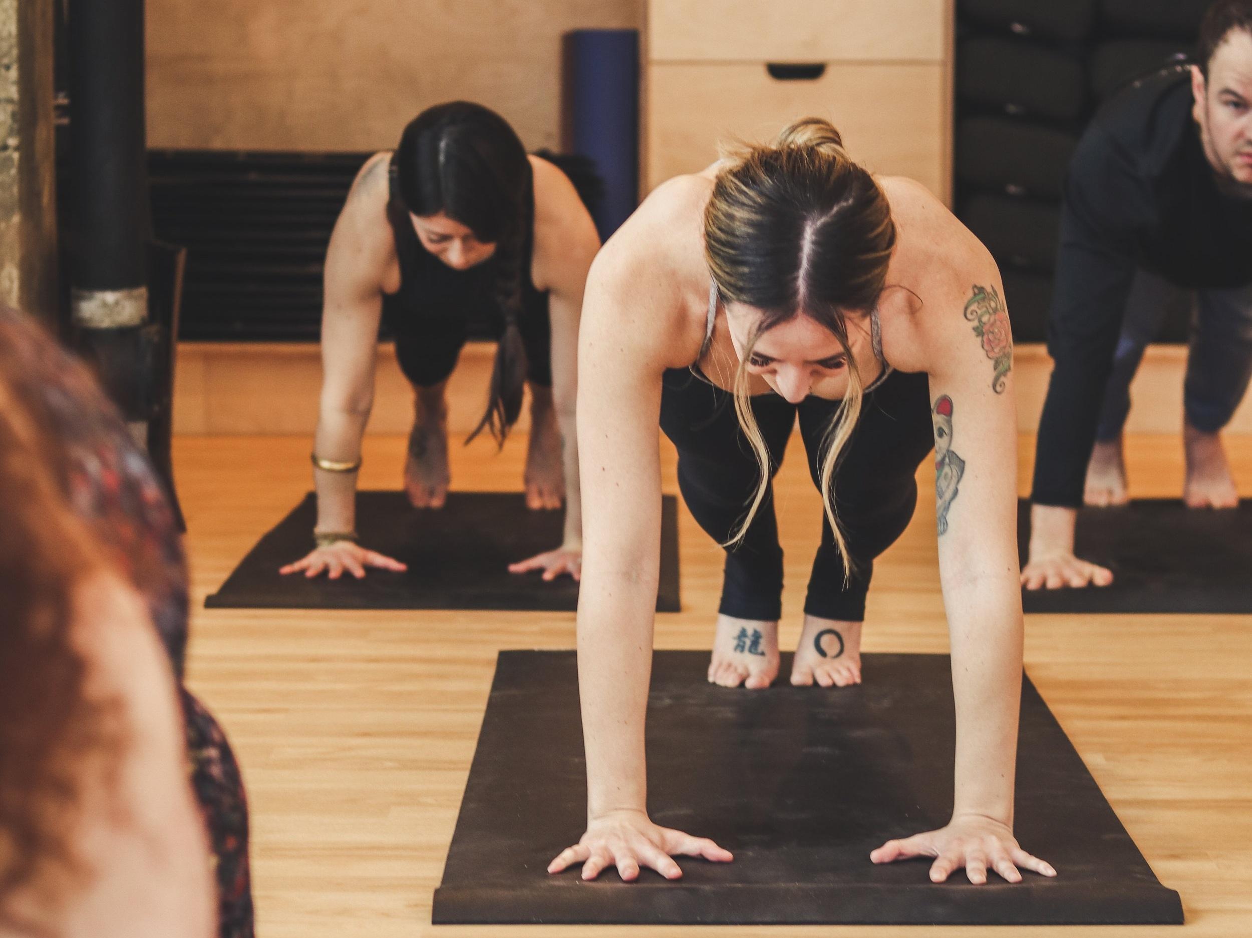 YOGA CORE/SCULPTER - Une série de yoga basée sur le renforcement des muscles profonds du centre du corps. / Vous ne pouvez pas décider entre le gymnase et le studio de yoga ? Vous n'êtes pas obligé de choisir. Ce cours stimulant à l'heure du dîner vous donnera tout ce dont vous avez besoin en moins d'une heure.