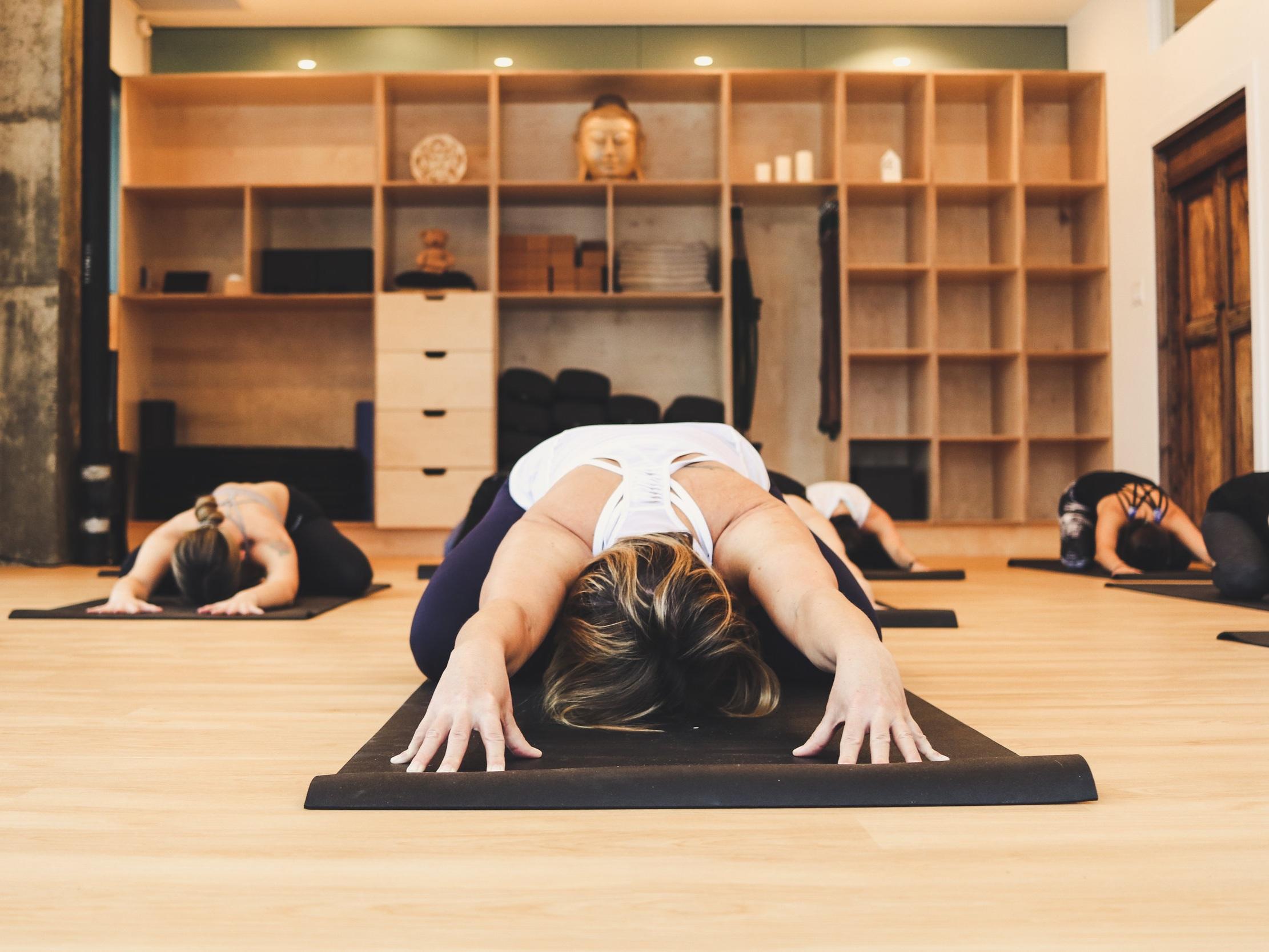 YOGA RESTORATIF - Ce cours a pour objectif de vous ralentir et de créer plus d'ouverture dans votre corps avec des étirements passifs. Pendant les longes poses que requiert le yoga réparateur, vos muscles peuvent se détendent profondément. C'est une relaxation comme nulle autre, car on utilise des accessoires, plutôt que vos muscles, pour soutenir votre corps.