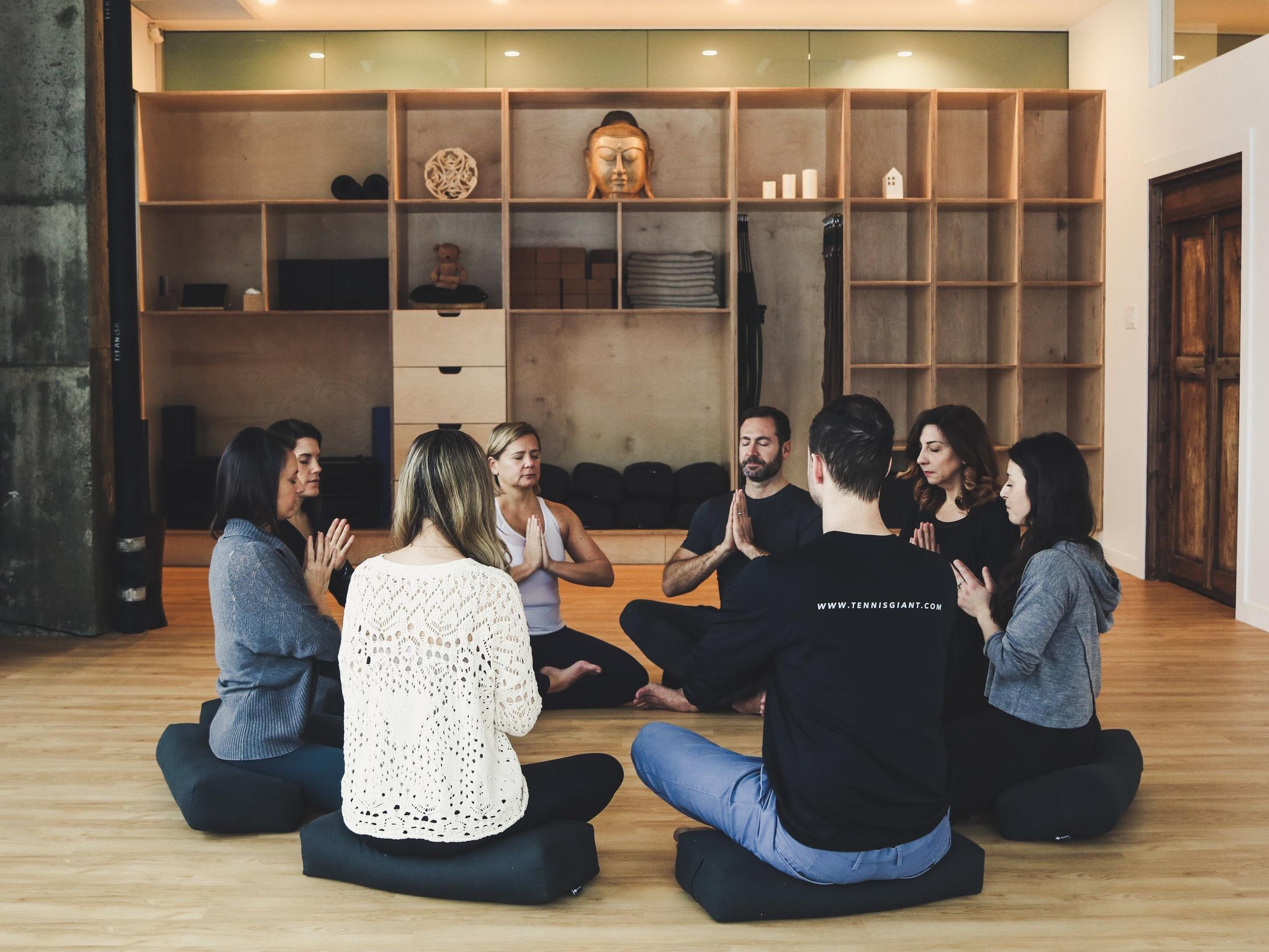 YIN ET MÉDITATION - Une pratique enracinée et profonde avec des poses tenues plus longtemps et une méditation guidée. Le yoga Yin est fait pour vous si vous êtes fatigué et avez besoin d'énergie, si vous êtes trop stimulé et que vous avez trop d'énergie.