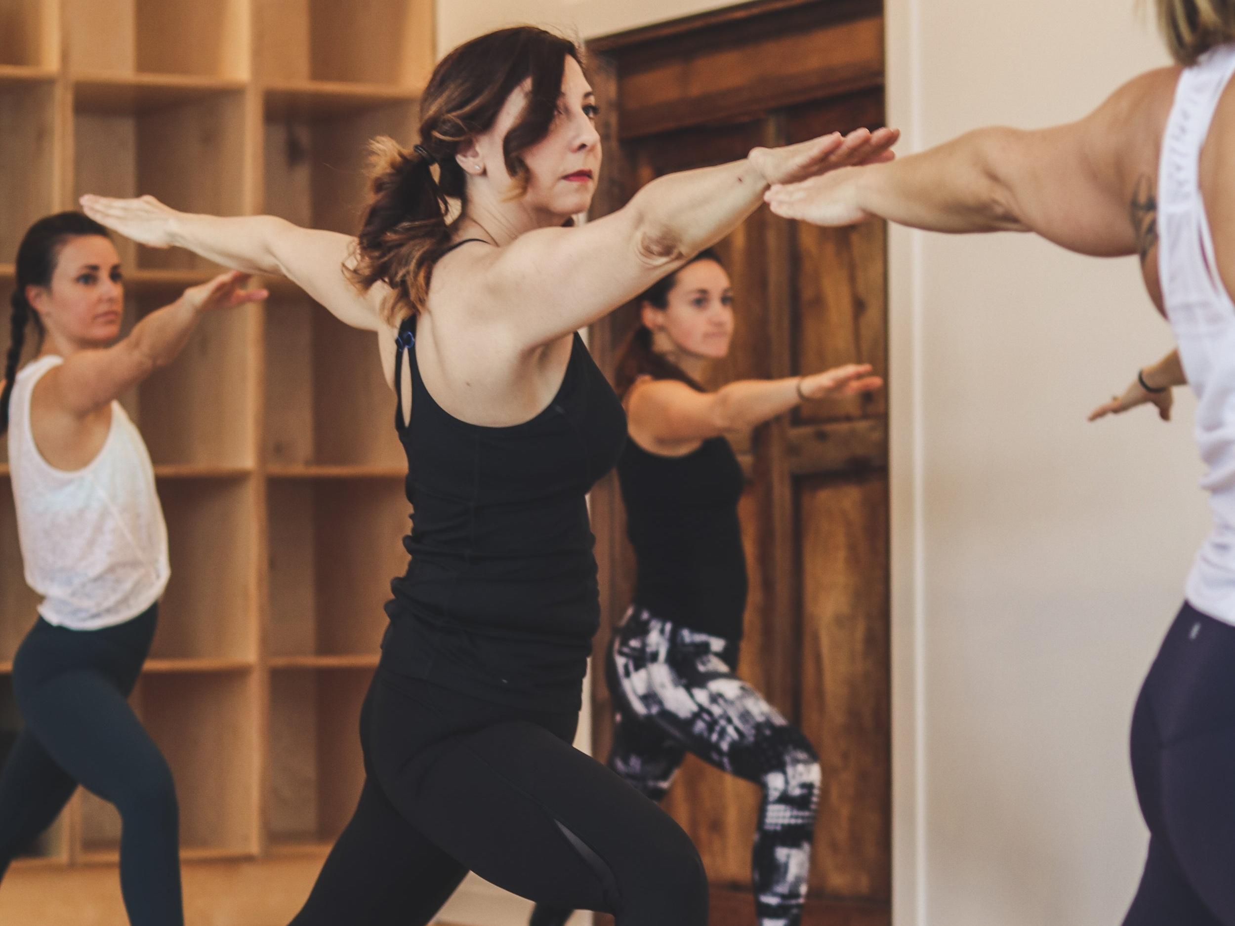 POWER YOGA - Cette pratique puissante augmentera votre force, votre endurance et votre flexibilité. L'accent sera mis sur la connexion à la respiration et à la conscience, au mouvement fluide, ainsi que l'attention portée sur votre programmation mentale.