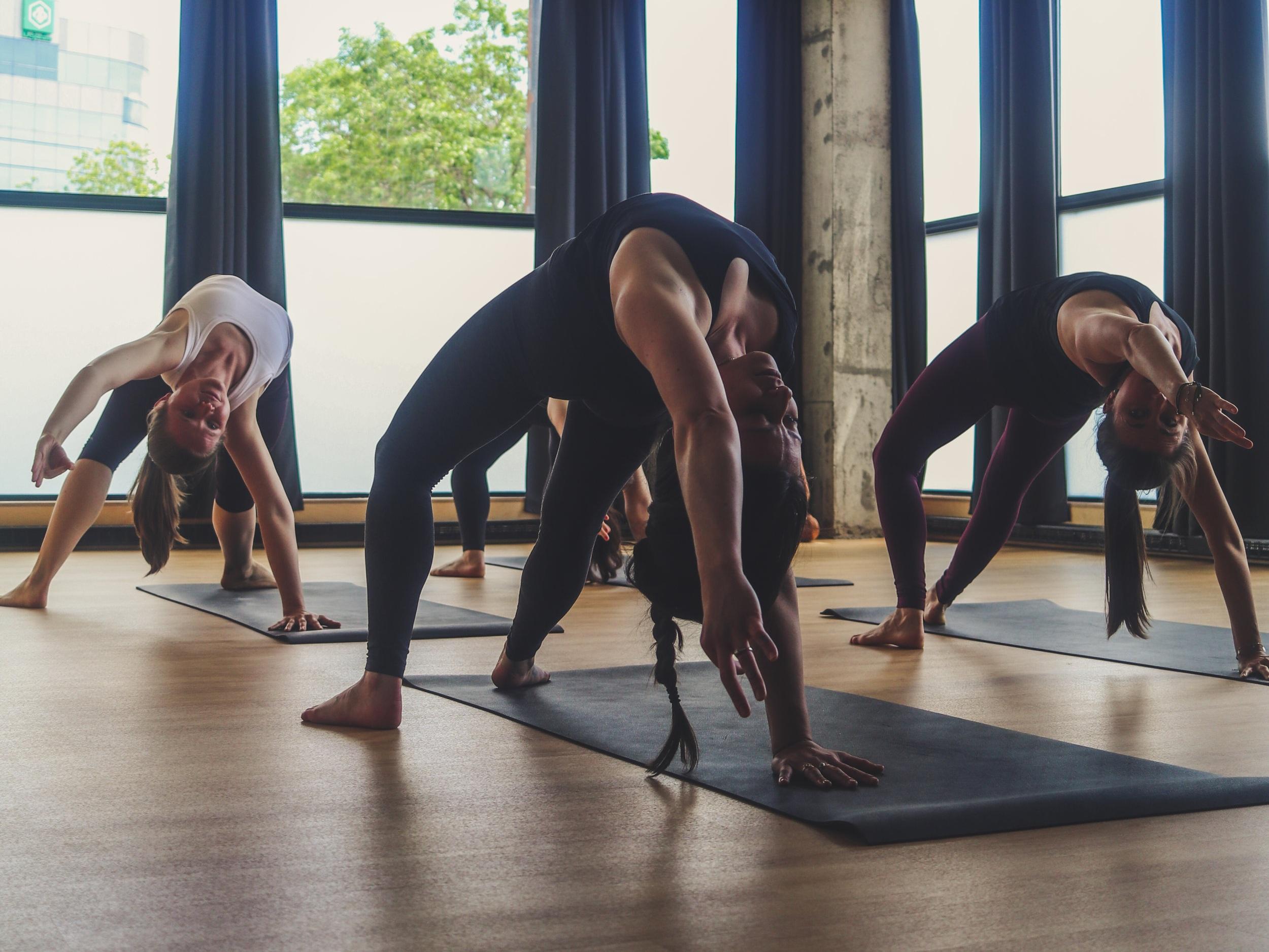 FREE FLOW - Cette pratique à tous les niveaux ne manquera pas de revigorer votre esprit et d'activer votre corps. Il vous connectera à l'énergie naturelle des dimanches pour vous préparer à la semaine à venir.