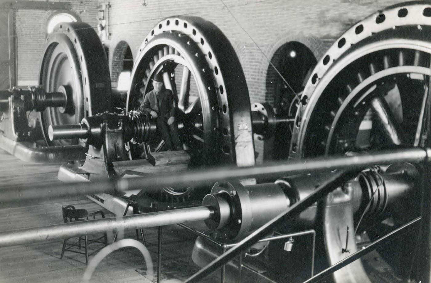 Photo 2318.0041: Generator at Lower Bonnington power plant. Date unknown.
