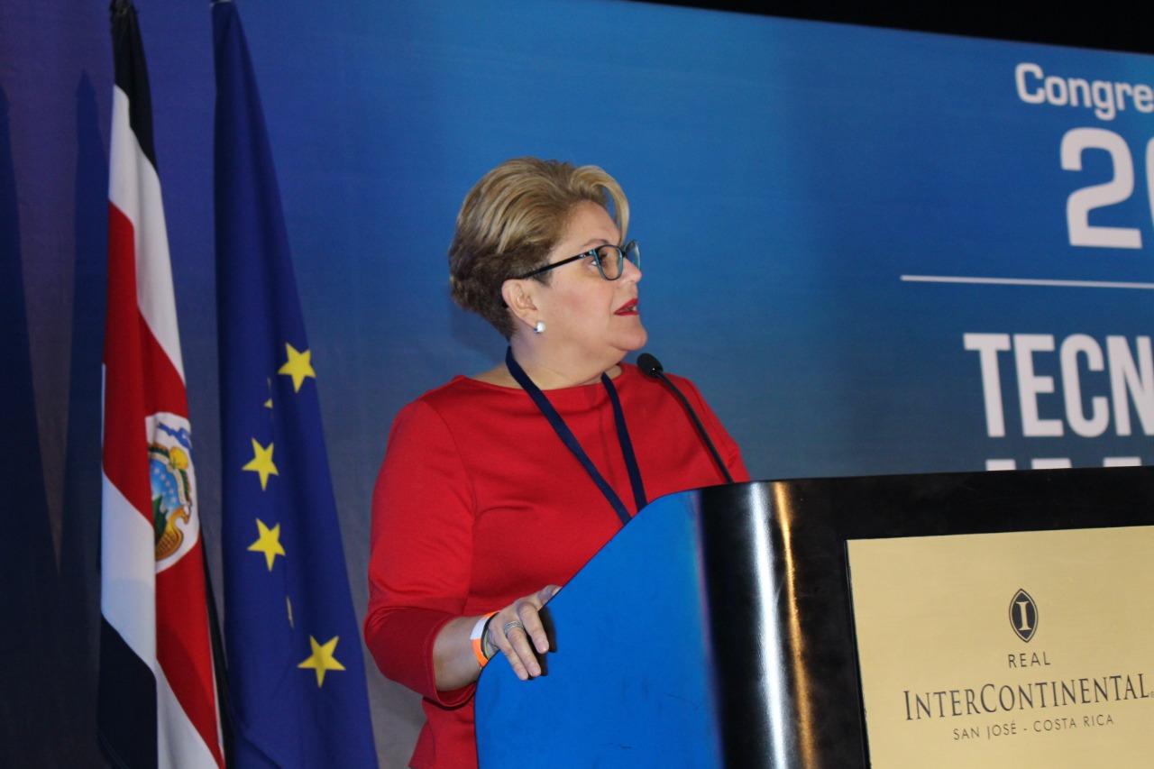 Yolanda Fernández, quien preside la Junta directiva actual, durante la inauguración.