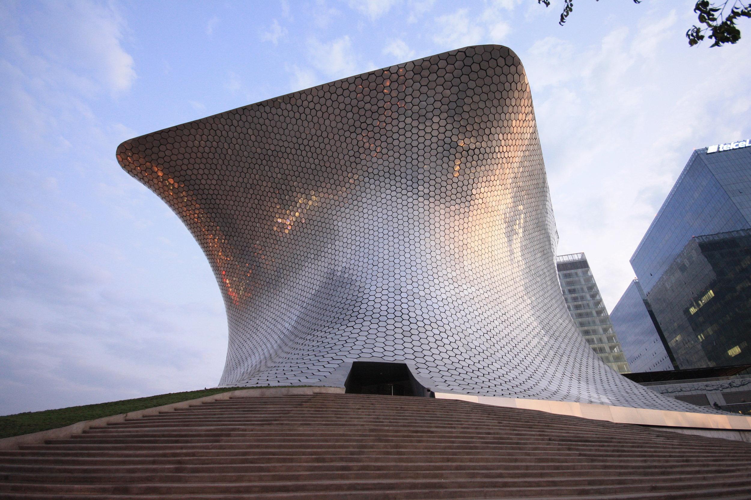 A la luz del sol del Museo Soumaya (Ciudad de México)