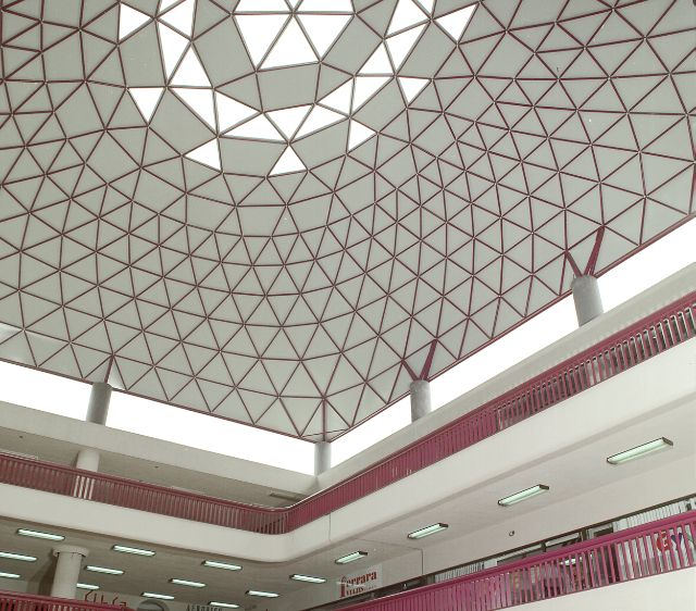 Plaza Valle Shopping Center features a center-court Freedome®