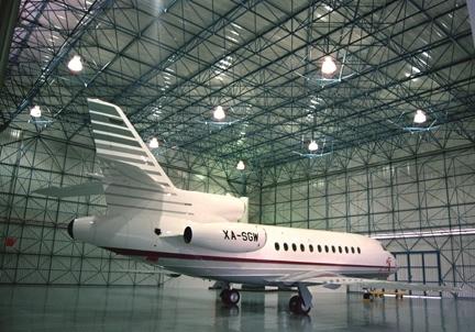 El claro de 60m de este hangar provee cubierta para grandes jets ejecutivos.
